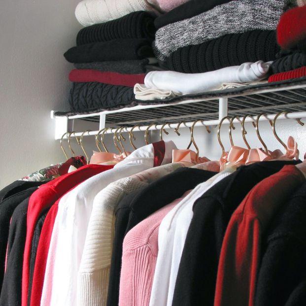 ¿Colgar o doblar? Esta es la mejor forma de guardar la ropa