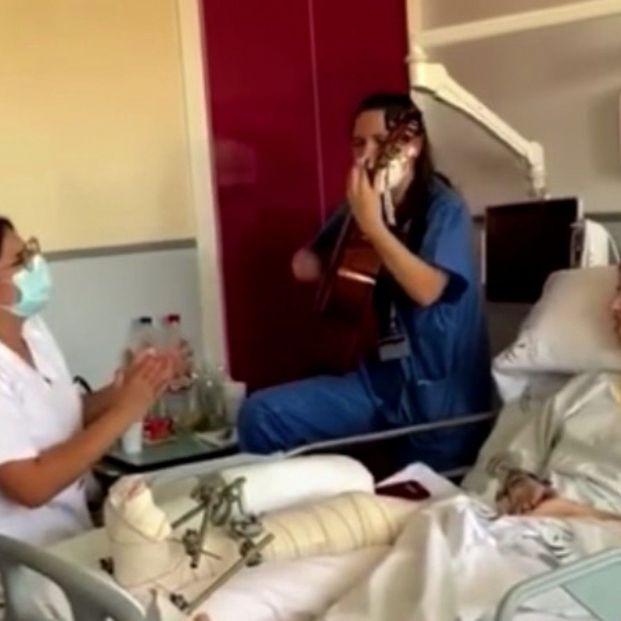 Emotivo vídeo de una estudiante de enfermería que le canta a su paciente en el día de su despedida