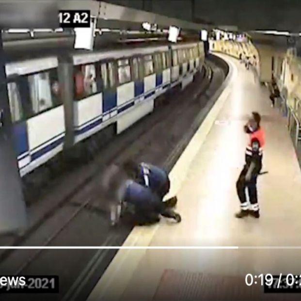 La Policía salva la vida de una joven que se quería lanzar a las vías del metro de Madrid