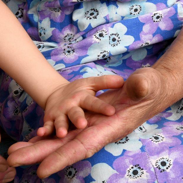 Una abuela trabaja como estatua para poder alimentar a su nieto