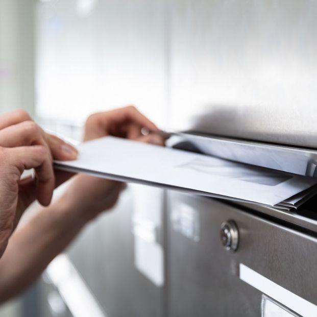 Cómo actuar si te llega a casa una tarjeta bancaria que no has solicitado (Foto Bigstock) 2