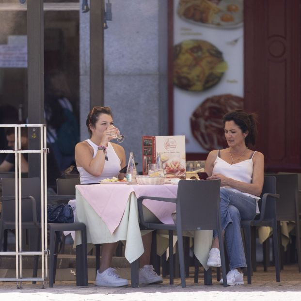 ¡Cuidado! Así roban ahora los bolsos en bares y restaurantes. Foto: Europa Press