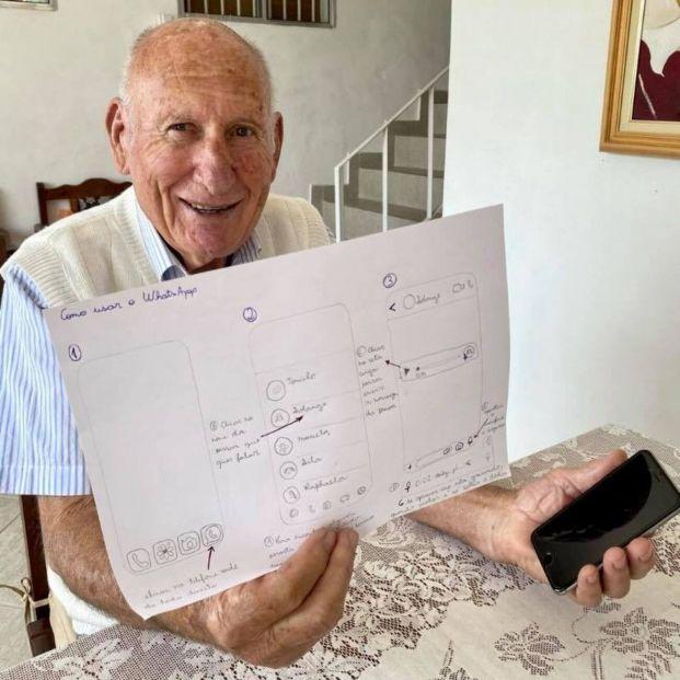 Aprende a utilizar WhatsApp con la ayuda de unos manuales que le hace su nieta
