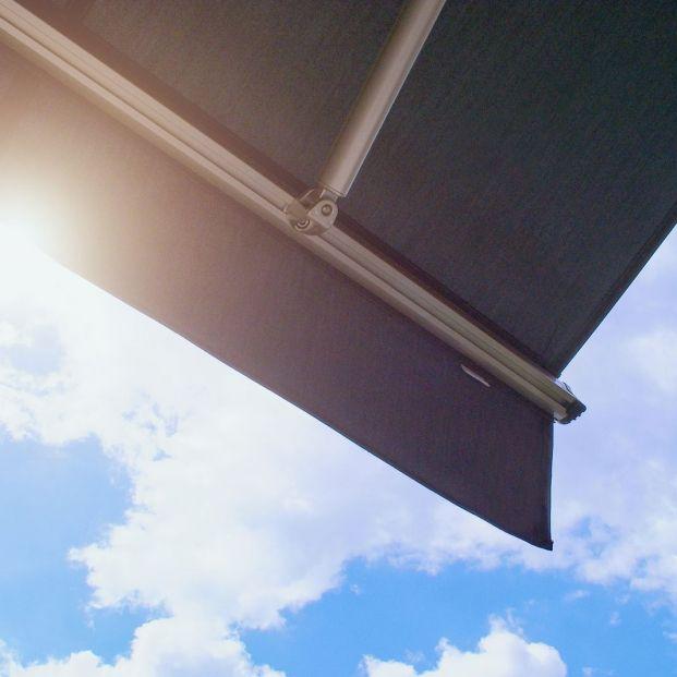 Consejos para limpiar el toldo de nuestra terraza Foto: bigstock