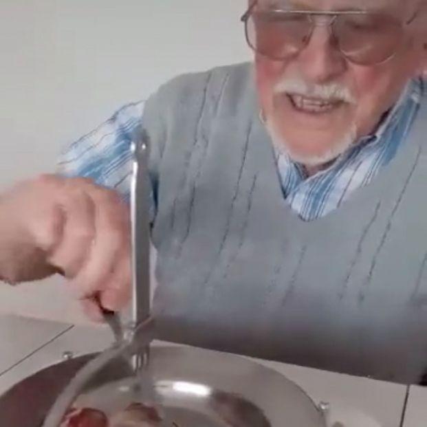 Un hombre de 95 años inventa un aparato para que las personas con una mano puedan usar cubiertos