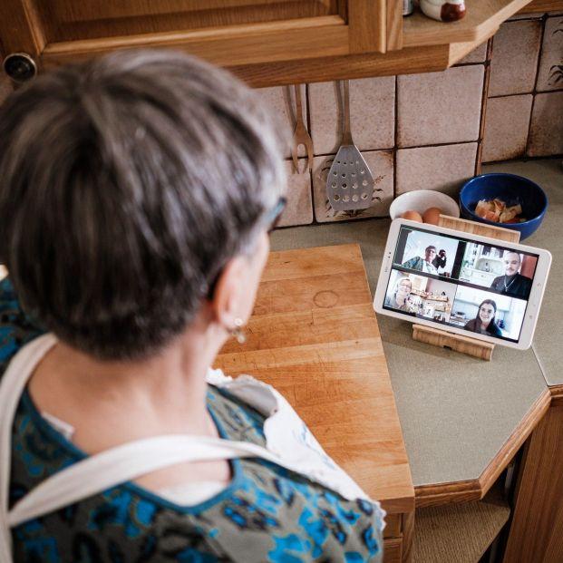 Los abuelos hornean contra la soledad y la pobreza. Foto: Europa Press