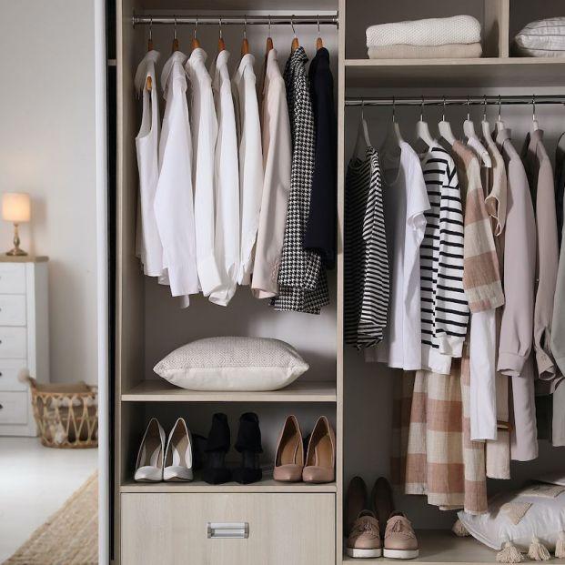 Estas son las dos ventajas de organizar tu armario por colores