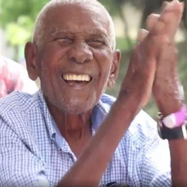 Cumplido el deseo de un hombre de 105 años por su cumpleaños: visitar el zoológico