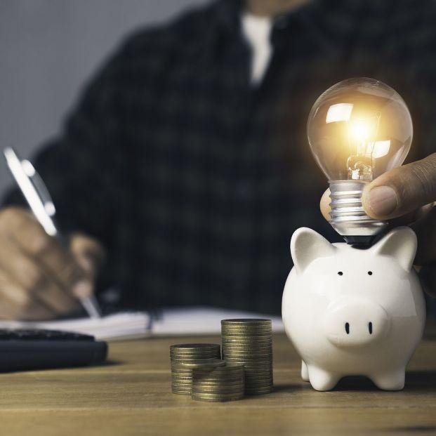 Las 'trampas' de la bajada del IVA de la luz: apenas supondrá un ahorro de 6-7 euros al mes