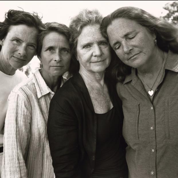 La exposición 'Las hermanas Brown' muestra 44 años de vida en 45 fotografías