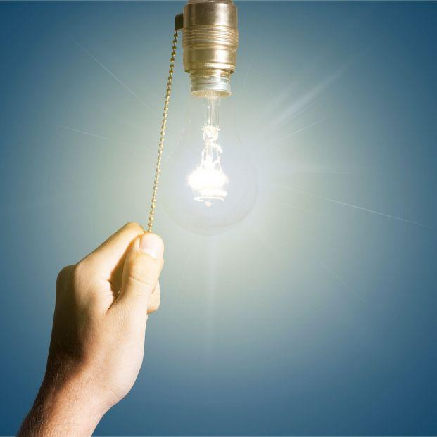 """El Gobierno aprueba la rebaja """"insuficiente"""" del IVA de la luz"""