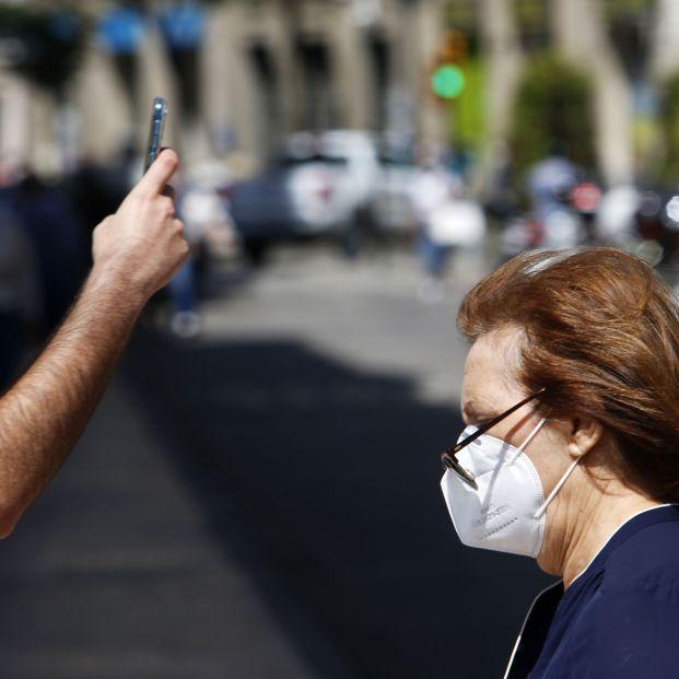"""Epidemiólogos advierten a los mayores: """"¡No te quites la mascarilla!"""""""