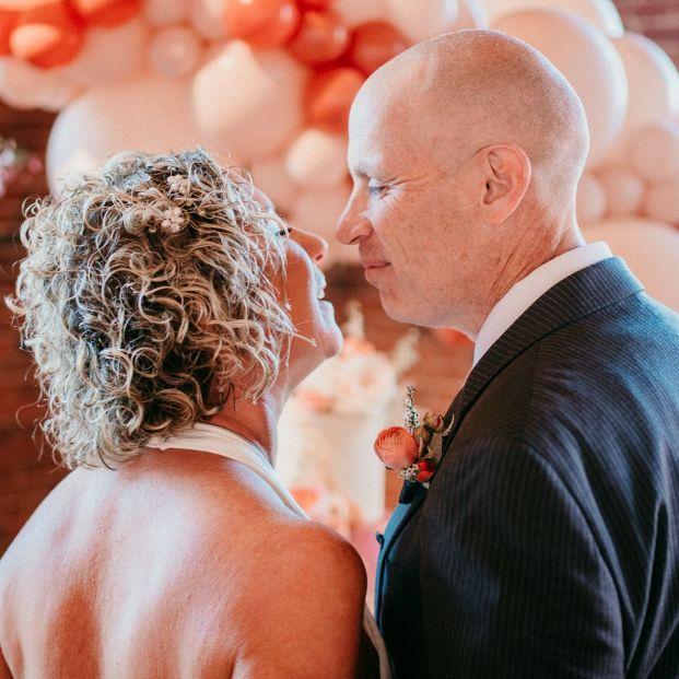 Un hombre con alzhéimer olvida que está casado y vuelve a enamorarse de su esposa