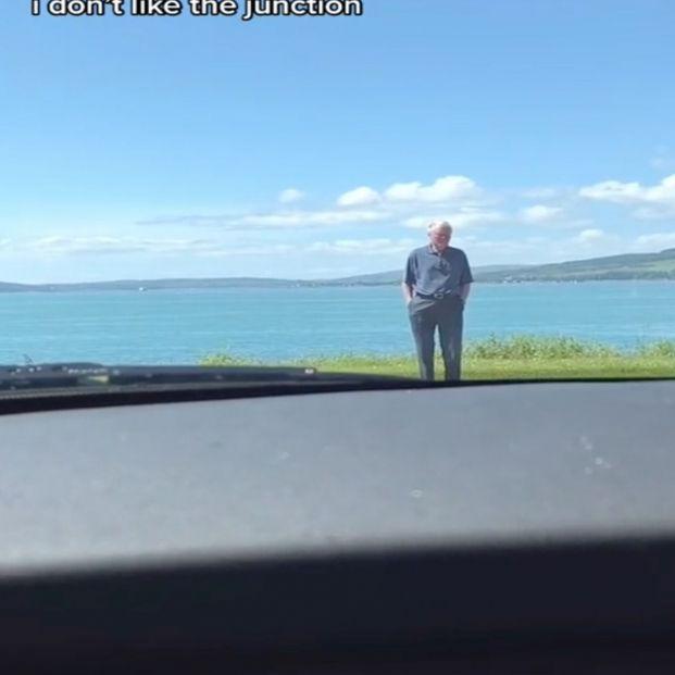 El entrañable gesto de un abuelo para que su nieta supere su miedo a conducir