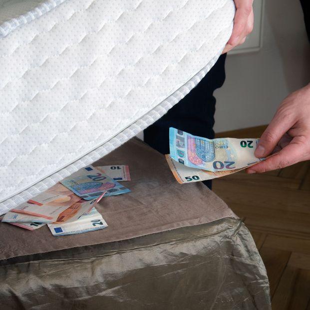 Tres peligros de guardar el dinero en casa para no pagar comisiones al banco (Bigstock)