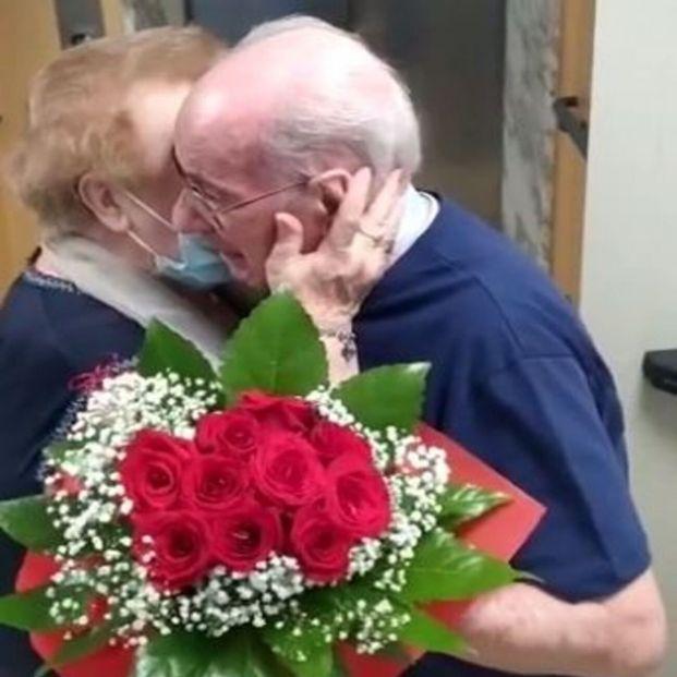 El reencuentro de una pareja separada durante 9 meses por coronavirus se hace viral