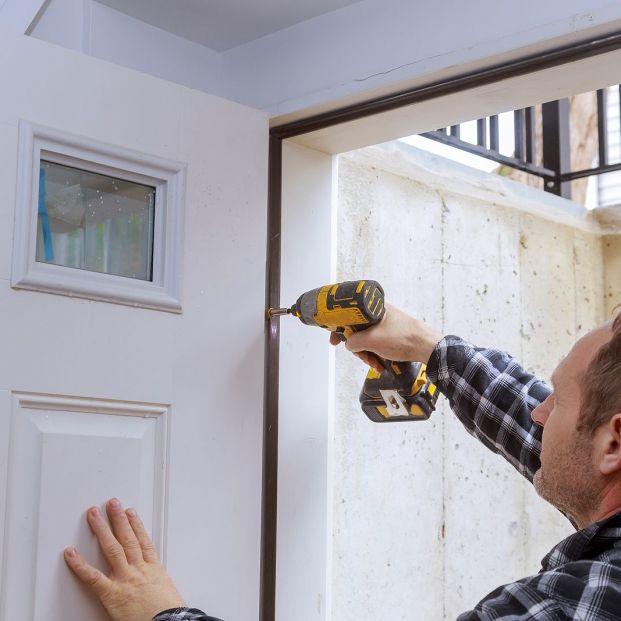 Mi puerta roza el suelo: ¿qué puedo hacer? Foto: bigstock