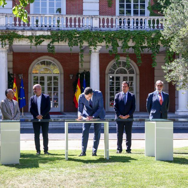 EuropaPress 3819537 presidente gobierno pedro sanchez firma acuerdo ejecutivo nacional agentes