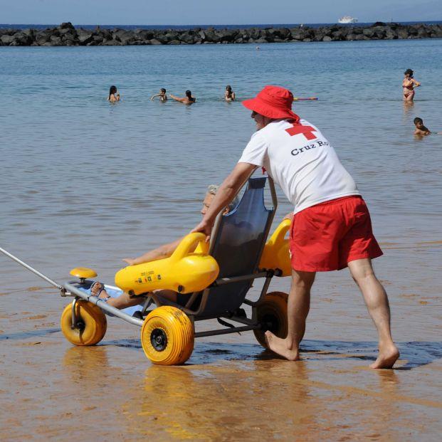 La lista completa de las 57 playas donde Cruz Roja ofrece este verano su servicio de baño asistido