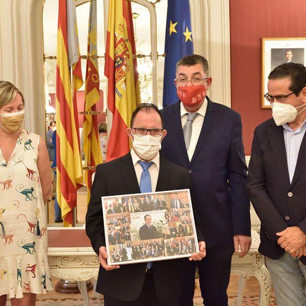 Emotiva despedida a 'Ovi', el ujier del parlamento valenciano con síndrome de Down jubilado
