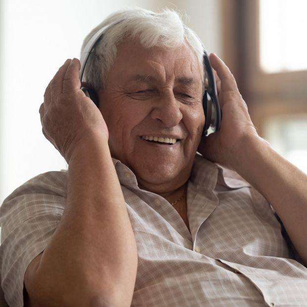 Los beneficios de la musicoterapia en personas con demencia (bigstock)
