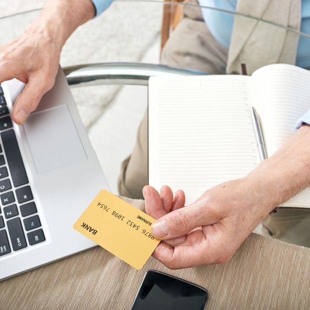 Banca online y operactiva con tarjetas (BigStock)
