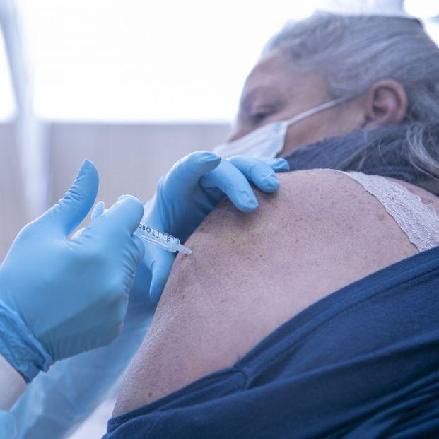 La quinta ola 'pilla' a la mitad de la población de 60 a 69 años 'a medio vacunar'