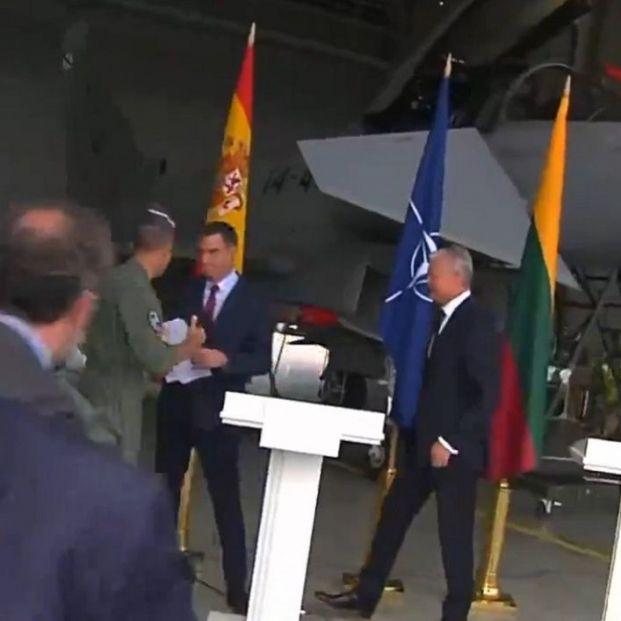 VÍDEO: Pedro Sánchez, forzado a interrumpir su rueda de prensa en Lituania por una amenaza militar
