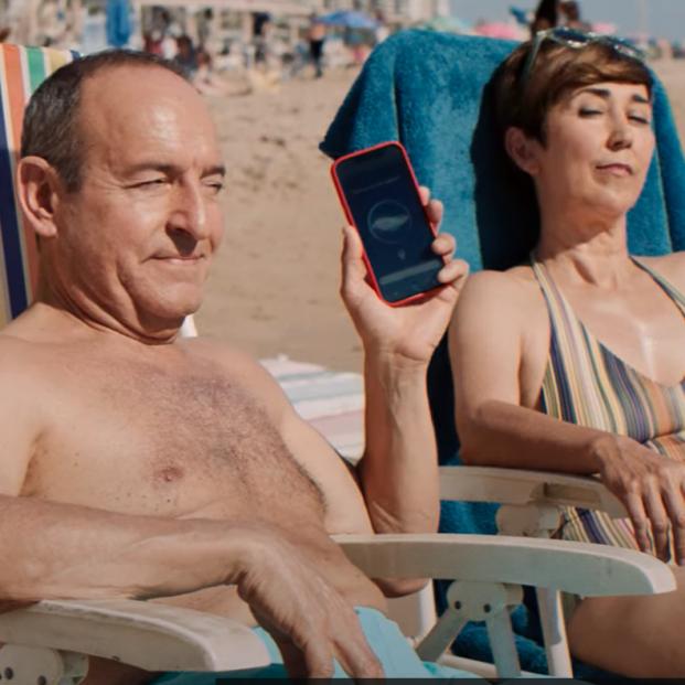 El asistente de voz del móvil, protagonista del spot de verano de la Lotería de Navidad 2021