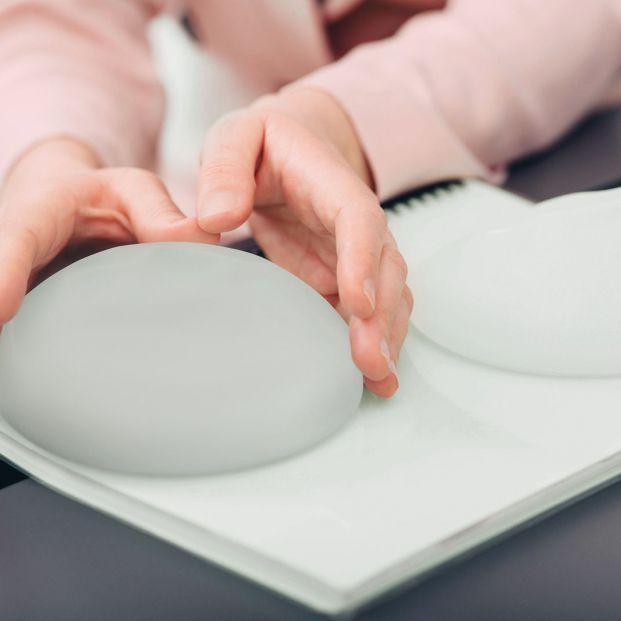 Cambiar implantes de mama (bigstock)