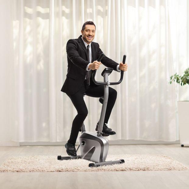 ¿Sin tiempo para hacer deporte? Ponte una mini bicicleta estática en la oficina Foto: bigstock