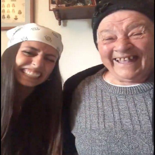 La desternillante broma de una nieta a su abuela que acaba con las dos riendo a carcajadas