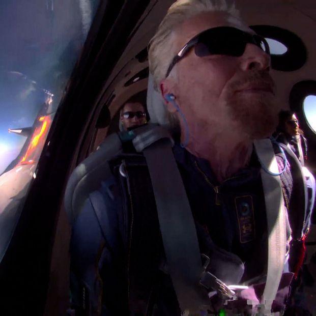 El multimillonario Richard Branson gana la carrera y llega al espacio en su propio avión