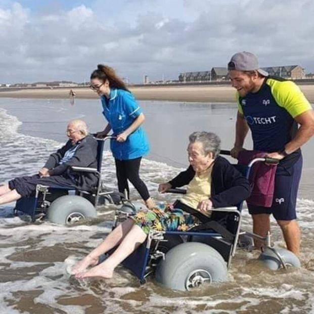 La historia detrás de la foto viral de dos mayores emocionados al sentir el mar