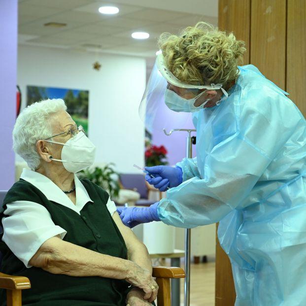 Merecido homenaje de Estado a los mayores, los 'pioneros' de la vacunación
