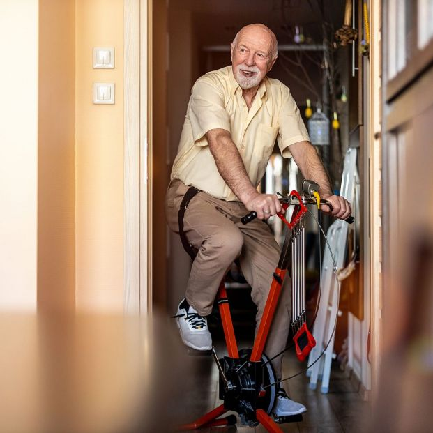 ¿Qué beneficios tiene la bicicleta estática? Foto: bigstock