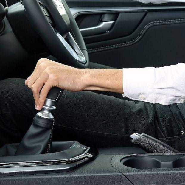 ¿Me pueden multar por dar marcha atrás con el coche?
