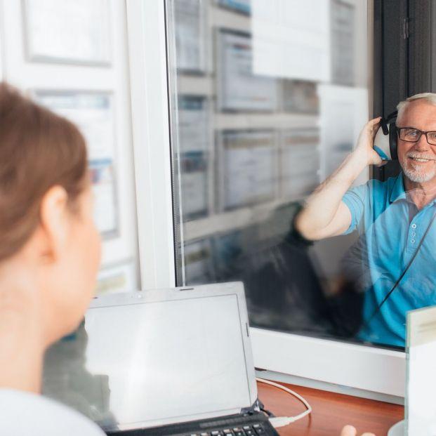 La pérdida auditiva severa aumenta el riesgo de demencia (Foto Bigstock)