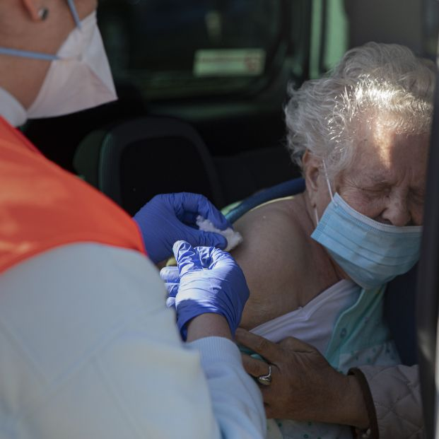 EuropaPress 3564255 mujer mayor 90 anos recibe coche vacuna pfizer contra covid 19 carpa (1)