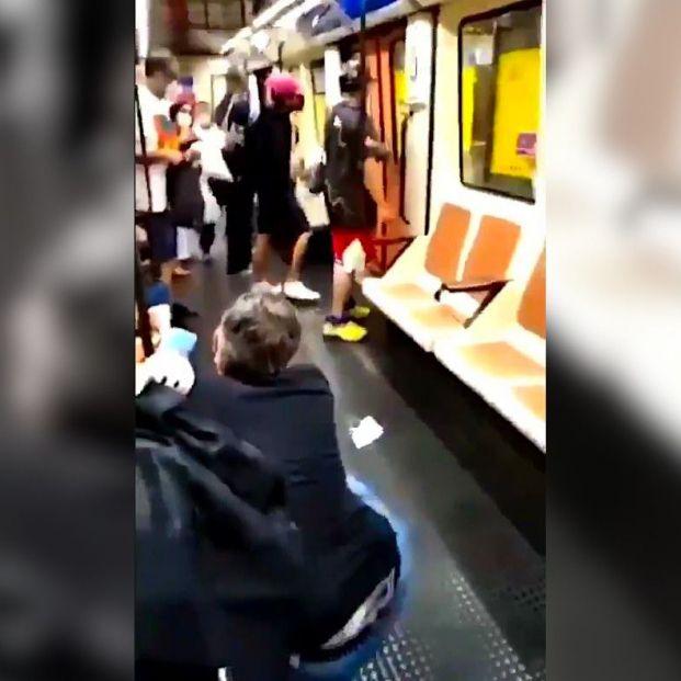 Brutal agresión en el Metro a un sanitario que pidió a un joven que se pusiera la mascarilla