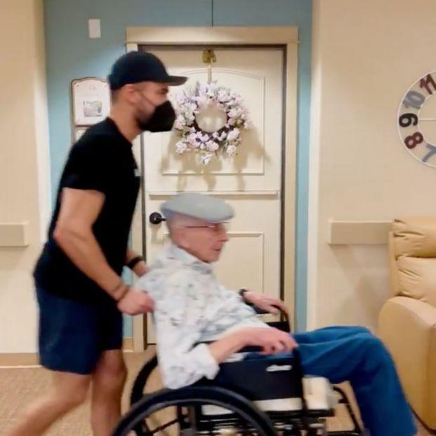 """El actor Zac Efron ayuda a su abuelo a """"escapar"""" de su residencia para ver la final de la Eurocopa"""