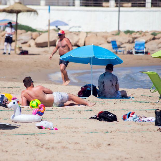 El vídeo de unos bañistas corriendo para coger sitio en la playa en Torrevieja arrasa en Internet (Foto: playa del Cura en Torrevieja. Bigstock)
