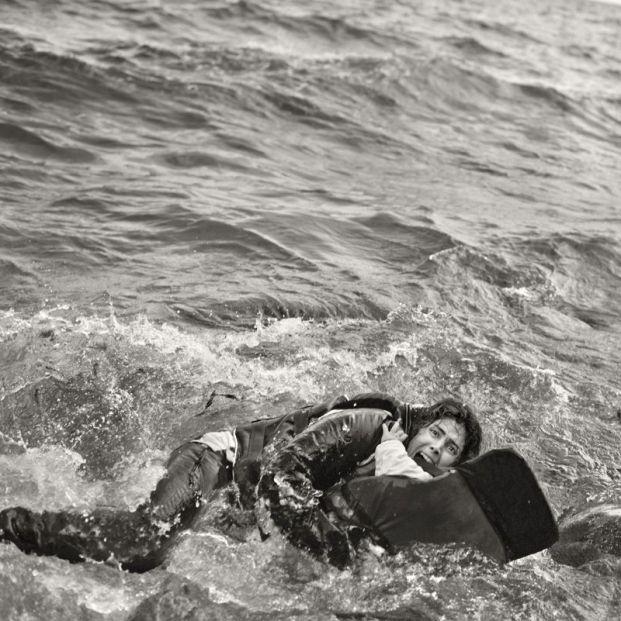 Creadores de conciencia: Mujer refugiada y su hijo caen al agua durante desembarco. Lesbos, Grecia (2015) (Samuel Aranda:Museo de bellas Artes)