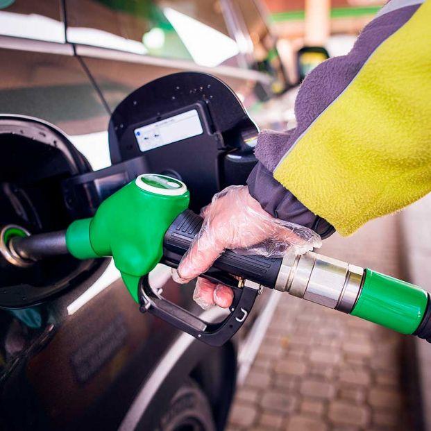 Qué es el efecto pluma y cohete, que deja vacíos tus bolsillos al llenar del depósito de gasolina