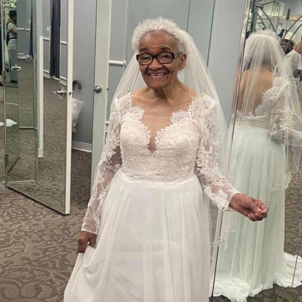 """Una mujer de 94 años cumple su sueño y se viste de novia: """"Siempre quise una boda, pero nunca pude"""""""