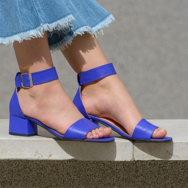 Elimina las huellas de sudor de tus sandalias con bicarbonato Foto: bigstock