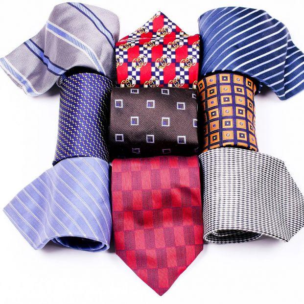 Lava las corbatas en casa con ayuda de un calcetín Foto: bigstock