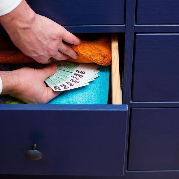 ¿Es legal guardar dinero en casa?