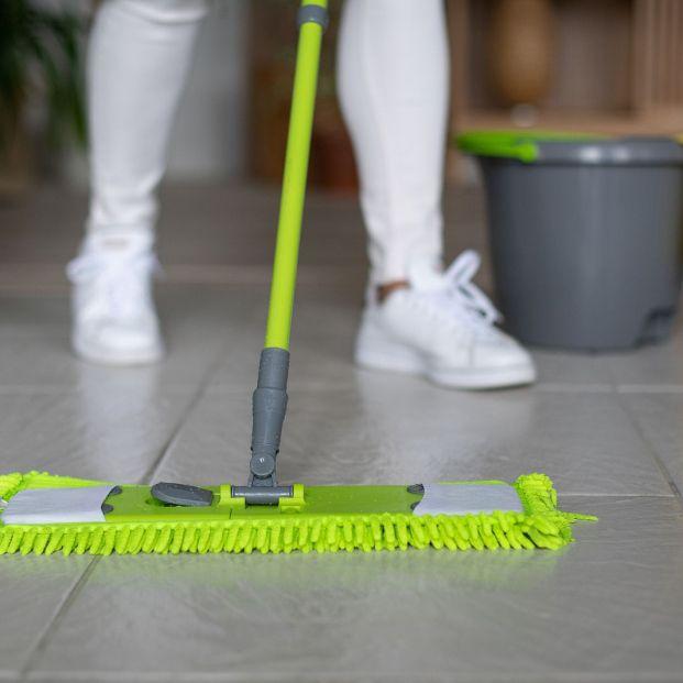 Errores que cometes al limpiar con mopa foto: bigstock