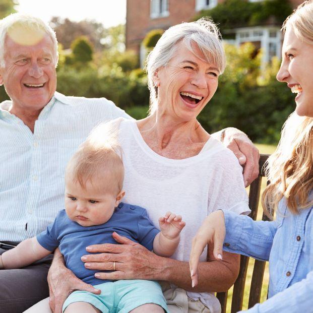 Llega el primer nieto a la familia qué hay que hacer (Bigstock)